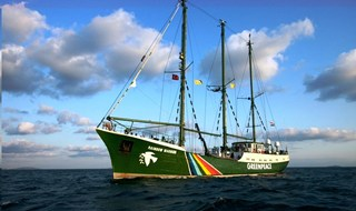 La Rainbow Warrior in Italia contro le trivelle facili